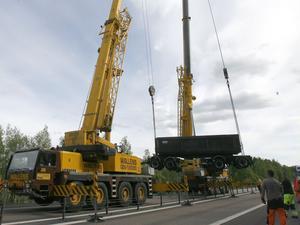 En lastbil åkte av okänd anledning av vägen vid Ålsjön några kilometer söder om Söderhamn. Räddningsarbetet blev komplicerat och under flera timmar var E 4 avstängd i båda riktningarna.