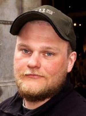 Daniel Norrman, 31 år,  Brunflo:– Njae. Namnet är för långt och krångligt. Men det är rätt att byta namn. Folkets hus känns så mossigt.