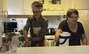 När soppan är avnjuten utbryter verksamhet i köket igen. Allt ska diskas och kaffe ska kokas.