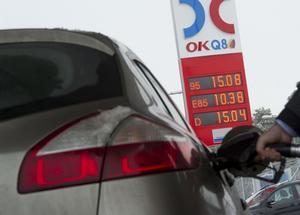 Bensinpriset steg över 15 kronor litern 2012. Sedan dess har det genomsnittliga bensinpriset sjunkigt. Men nu stiger priset och en ny skattehöjning väntar.
