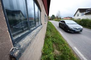 Vägen genom Halvarsgårdarna är både smal och krokig. Trafiken har ökat under senare år.