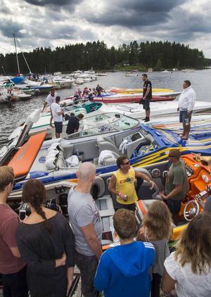 Stort intresse för värstingbåtarna i Stabergs båthamn under lördagseftermiddagen.