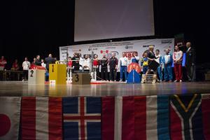 Samtliga lyftare samlades på scenen efter tävlingen för en prisceremoni.
