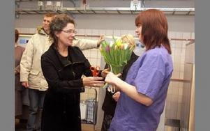 Erika Barreby lämnar blommor och en lyckönskning till Josefin Björk, som fick representera personalen på tvätteriet.