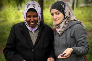 Samira Mohammed och Nada Samman plockar blåbär i skogen vid Röda Korsets lokaler i Kilafors.