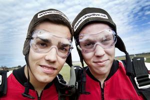 I yttrandefrihetens tjänst. Jacob Henningsson och Oscar Haraldsson hoppade tandemhopp från 4 000 meter för att uppmärksamma den fängslade journalisten Dawit Isaac.