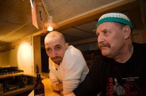Bertil Granath och Jocke Axelsson stopd och hängde i baren. De har varit med i alla nio år som Bluesfestivalen har funnits.– Tyskarna ska vi inte missa, sa Jocke.– Jag vill nog se Domestic Bumblebees, sa Bertil
