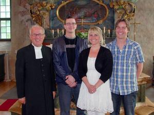 1990 års konfirmander i Ovikens kyrka den 11 juli 2010. Från vänster: Dan Eliasson konfirmationspräst, Peter Örnberg, Östersund, Anna Andersson, Östersund och Martin Borin, Oviken.