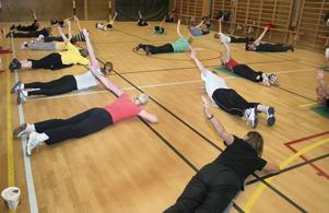 Hej då julmaten! Ett 30-tal deltagare, samtliga damer, dök upp när Hallsbergs gymnastikförening ordnade julgympa.