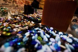 Som smågodis ser pärlorna ut i sina glas rad efter rad. Foto:Fredrik Larsson