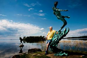 Richard Brixel i skulpturparken vid sitt hem intill Hjälmaren.
