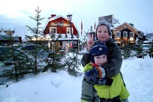 Kirin och hans lillebror Mutvaj från Murmansk ägnar sig åt det universiella nöjet för barn i deras ålder: att larva sig framför kameran.Foto: Elisabet Rydell-Janson