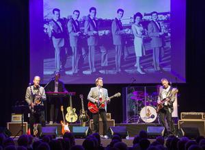 Popnix  med Andreas Eriksson, Stig Norén, Sten Åsberg, Simon Åsberg och Kaj Hansson i Chuck Berrylåten You never can tell, under en bild på gamla Popnix från 1960-talet.