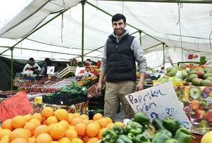 Sedan en vecka tillbaka har Fethullah Oguz slagit upp ett stort frukt- och grönsaksstånd på torget.