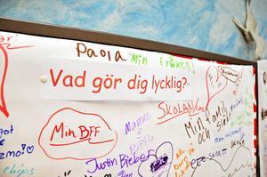 GILLAR. Alla elever får skriva om något de gillar på ett klotterplank.