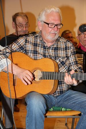 Gitarristen har en given plats i en dagspelsorkester. Göran Käck från Bergsjö åker på spelkvällar i Gnarp när han hinner.