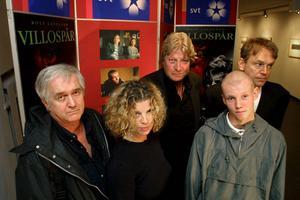 Hösten 2001 filmatiserades Henning Mankells Villospår med Rolf Lassgård som kommissarie Kurt Wallander. På bilden ses Henning Mankell, Siw Erixon, Rolf Lassgård, Henrik Persson och Leif Magnusson.