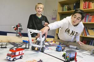 Albert Lundin och Mommie Persson jobbar hårt med att programmera roboten inför tävlingen.
