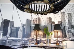 Mörka lampor och fototapet med New York.