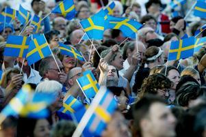 Flaggar för Sverige. Redan idag har Sverige mycket att erbjuda dem som vill komma hit. Samtidigt måste Sverige bli ännu mer attraktivt för människor från andra delar av världen, skriver debattörerna.foto: scanpix