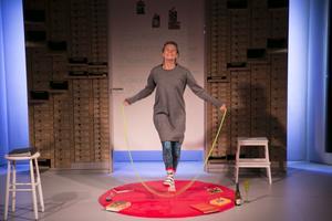 """""""Ordinära människor gillar att fika och ha samlag på kick-off och konferenser"""". Dalateaterns föreställning bjuder på rapp komik och djupt allvar. Med Caroline Rendahl i enda rollen."""