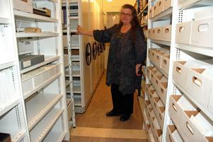 Ett arkiv för framtidens behov. Ingela Sannesjö, arkivassistent vid tomma hyllor i arkivet där mer material ska förvaras.