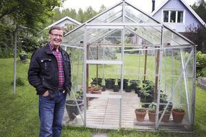 Hjälpsam. Jan-Ole Björkbacka tycker om att vara ute i naturen och visar gärna andra runt i skogen. Här står han på sin tomt vid sitt växthus där han odlar diverse grönsaker.
