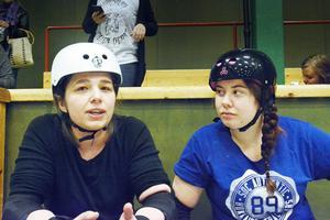 Pernilla Hellan och Tina Nylund provar båda på rollerderby för första gången.