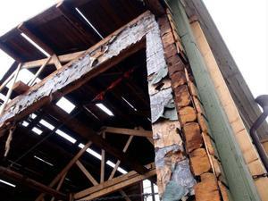 Lite tapeter fladdrar i vinden på väggarna i det som står kvar av huset på Storgatan 41.