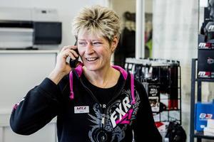 Helena Nordin tar emot ett samtal från en kund som står utanför gamla butiken i Birsta.