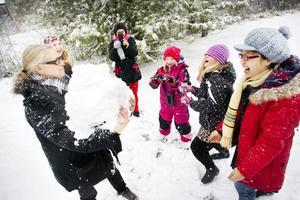 Konstnären Anna Viola Hallberg gillade årets första snö i Gävle tillsammans med Hillevi Olsson, konstpedagogen Matilda Svensson,  Rakel Bragman, Ingrid Elverstig och Pei Ying Kuang, som aldrig tidigare upplevt snö.