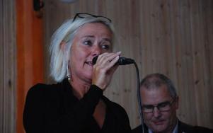 Vokalisten Carina Nygard sjunger med en innerlig stämma. Foto: Gustaf Berglund
