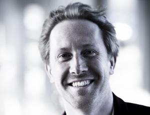 Simon Crawford-Phillips, Västerås Sinfoniettas chefdirigent. Fotograf: Pressbild