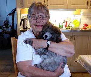 Anita Andersson, här med dotterns hund Isa, har kämpat för att lära sig alla ord igen, tränat och tränat för att kunna prata och skriva efter att ha drabbats av afasi.