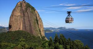 Sugarloaf Cable Car är ett måste för den som åker till Rio de Janeiro. Här ser man Sugarloaf Mountain i bakgrunden.