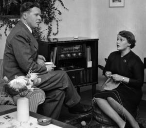 Stig och Ulla Levén lyssnar på radion, 1955. Det ser ju fint ut men vill vi ha tillbaka den här tiden?