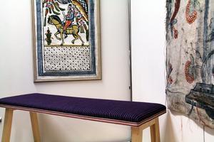 Bänken är klädd med ett vävt tyg inspirerat av kjolstyget till Ovanåkers sockendräkt. Tyget är vävt av Stina Brickman.