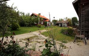 Lassargården har flera bostadshus och uthus.