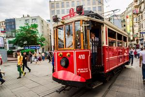 Spårvagnar skramlar fram på populära gatan Taksim Istiklal.