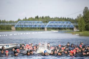 Motionärerna strömmar som vanligt till Vanån för den klassiska simtävlingen varje sommar, så även den svenska eliten.