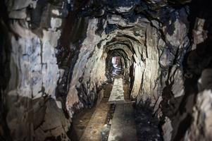 Mörkt och fuktigt – och en del damm är att att vänta sig i de smala gruvgångarna.