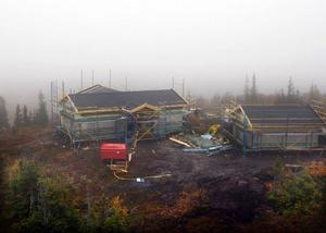 Eftersom allt virke är färdigsågat från fabrik så har byggjobbarna hunnit så här långt på 14 dagar.