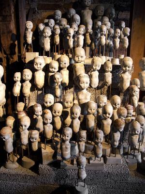 Kaj Engströms armé av dockor. Ögonblick i evighet heter verket som består av 170 dockor gjutna i betong.