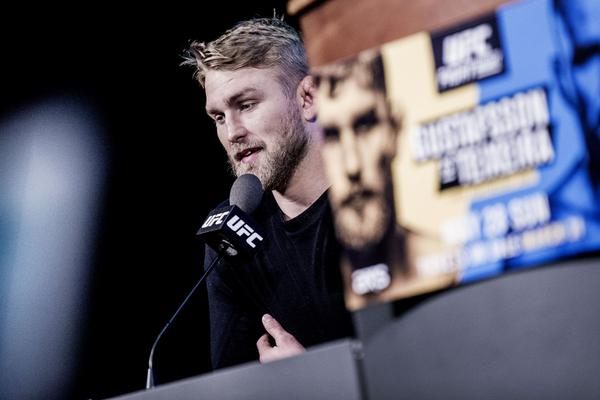Alexander Gustafsson gav ett samlat intryck under presskonferensen i Globen.