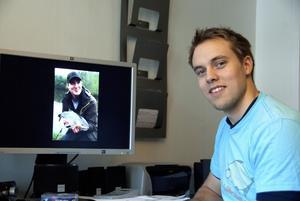 Claes Eriksson med en av sina bilder på kompisen Samuel Borgenvik med en färna på 2530 gram.