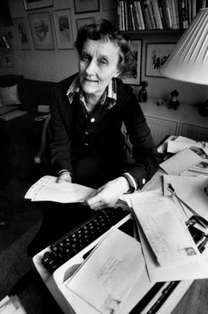 Författaren Astrid Lindgren vid sin skrivmaskin med en del av den brevskörd som hon mottog efter sin skattesaga om Pomperipossa som hon skrev i protest mot en av Gunnar Strängs skatter.