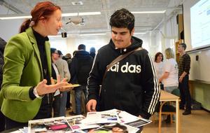 Nya broschyrer. Marina Nilsdotter Werdin från Pihlskolan kommunicerar med Bawan Amin.
