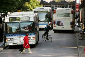Gratis buss. Kontantlöst på bussarna upplevs som krångligt för äldre som åker mer sällan, skriver debattörerna. foto: jonas Bilberg
