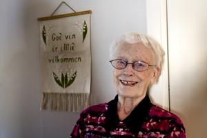 Snart 90-åriga Maj-Britt Andersson är alldeles för pigg och frisk för bo att på äldreboende. I stället har hon flyttat in på Sandvikens första så kallade trygghetsboende för äldre personer som klarar sig bra själv med begränsad hjälp.