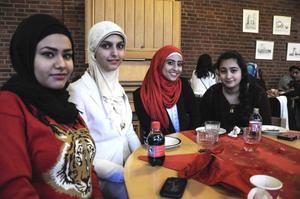 Torvallaborna Zahra Alelyawi, Shaymaa Alaw, Majedeh Saedi och Dania Zainal myste i kapp på årets julbord där det fanns något för alla.